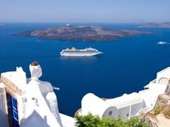 Santorini. Nava de croaziera
