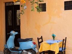 Синий скутер на Родосе Греция