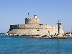 Порт Гейтс и маяк Св. Николая на острове Родос, Греция. Есть также два бронзовых олени.