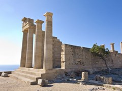 Линдос - площадь древнего акрополя от острова Родос, Греция
