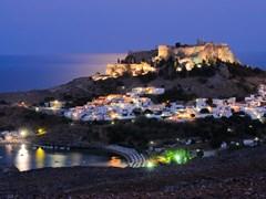 Панорамный вид на греческий город Линдос ночью