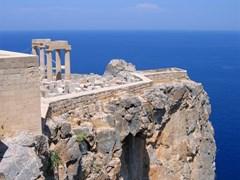 Руины древнего греческого храма с колоннами на скале над морем. Линдос, Родос