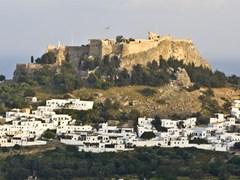 Традиционная греческая деревня Линдос и его акрополь на острова Родос, Греция