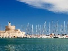 Яхты и старый маяк в гавани Родоса