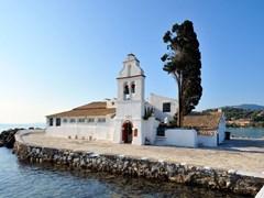 Маленькая церковь на острове Корфу Греция