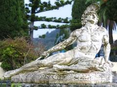 Статуя Ахиллеса умирает, от попадания стрелы в ногу. Расположенна в садах двореца Ахиллеса на острове Корфу, Греция.