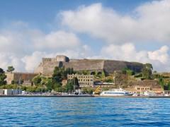 Старая крепость построенная на берегу моря. Корфу