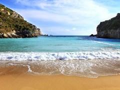 Вид пляжа Палеокастритса на острове Корфу, Греция