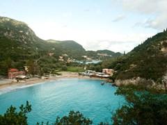 Залив с красивой природой снят на Корфу