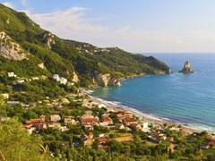 Экзотический пляж на острове Корфу Греция