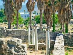 Древние руины и столбцы на острове Кос, Греция