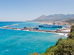 03_Harbor-in-Samos-Island,-Greece.-Village-and-mountain-range-on-the-background