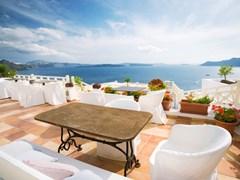 15_Summer-cafe-at-Oia,-Santorini-island,-Greece