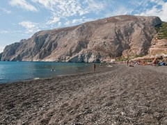 43_Black-beach-of-Kamari,-Santorini,-Greece
