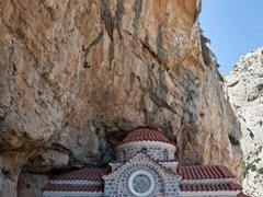 Маленькая церковь в скале на Крите
