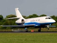 Літак Falcon - 2000EX на землі