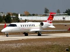 Взлёт самолёта Learjet - 45