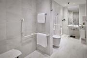 Parklane, a Luxury Collection Resort & Spa: Accessible Room Bathroom